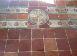 Pavimento in cotto antico , con file di cementine